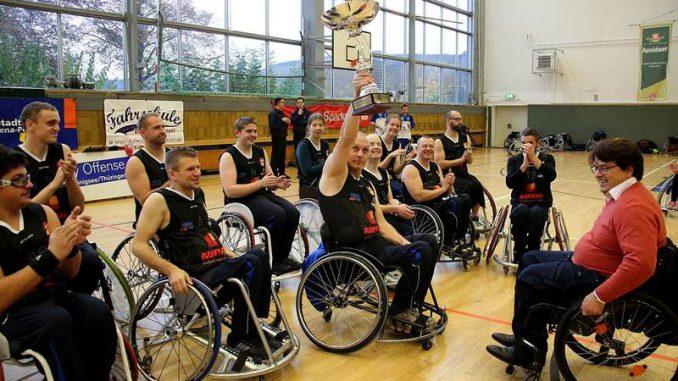 Jena: Übergabe des Regionalpokals an Thorsten Schüler von den Jena Caputs