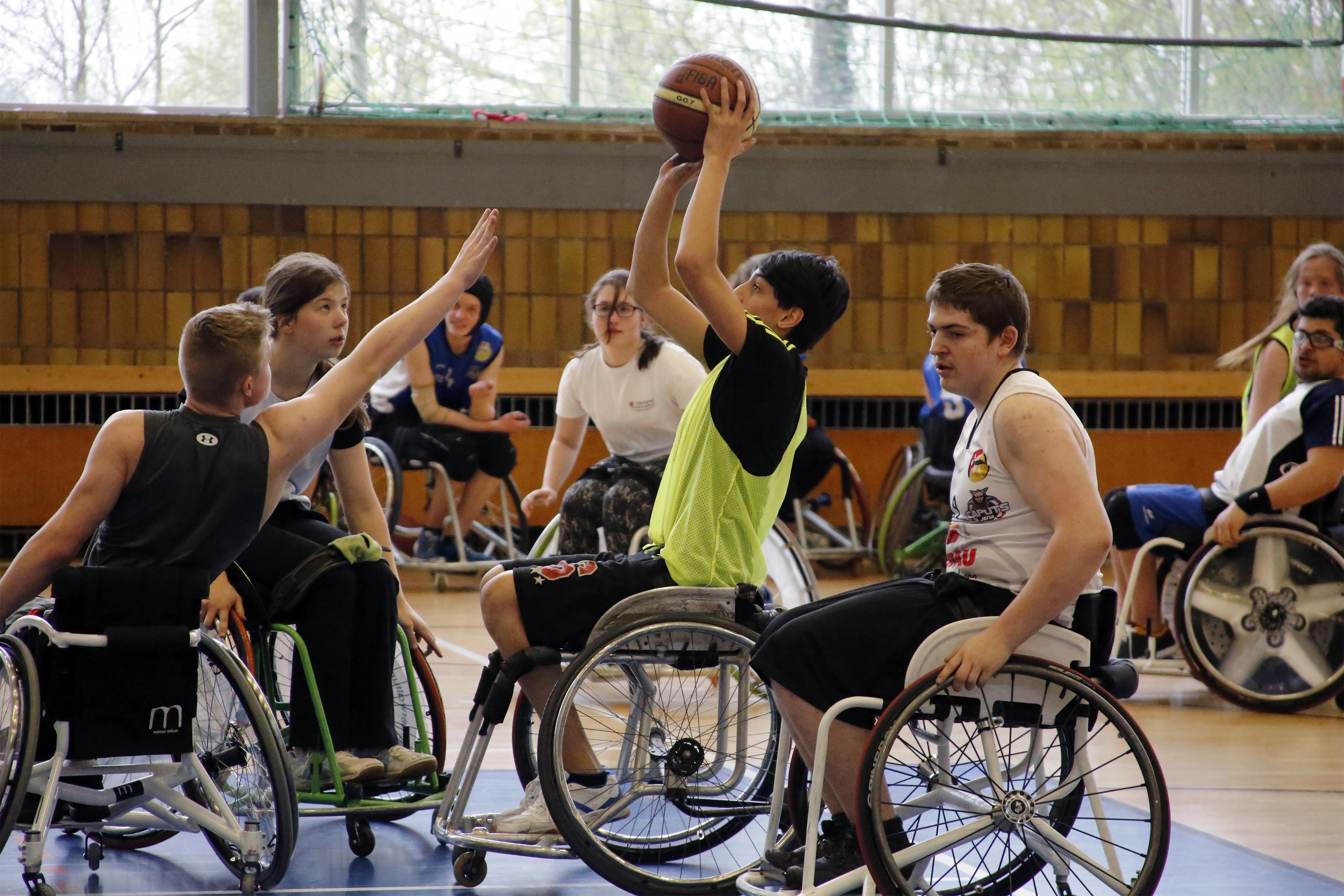 Jugendliche probieren Rollstuhlbasketball
