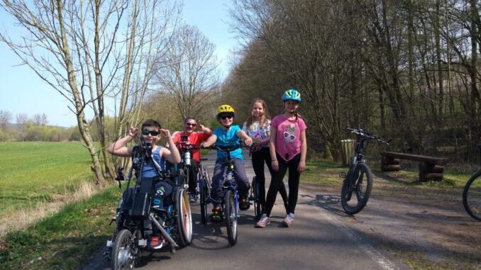 Jena Caputs Kindergruppe mit Handbike